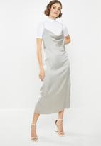 Missguided - Cowl cami slip dress satin - grey