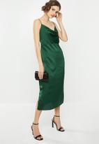 Missguided - Cowl cami slip dress satin - green