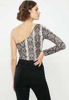 Missguided - One shoulder snake print bodysuit - brown