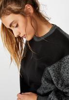 Cotton On - Blocked fleece crew top - black leopard splice