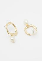 Superbalist - Abstract faux pearl studded hoops - gold