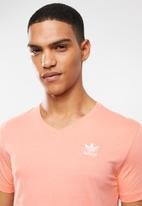 adidas Originals - Essential tee v-neck - coral