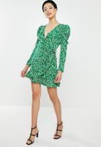 Missguided - Puff sleeve ruffle hem wrap tea dress leopard - green