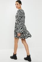 Missguided - V neck tiered smock dress - khaki