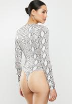 Missguided - Soft touch snake print scoop neck bodysuit - brown