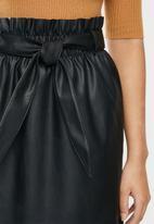 Vero Moda - Awardbelt short coated skirt - black