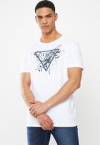 GUESS - Short sleeve Guess splatter triangle tee - white
