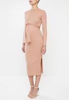 Missguided - Maternity ribbed split side midi belted dress - pink