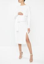 Glamorous - Maternity long sleeve belted dress with front slit - white
