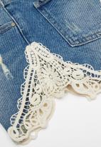 GUESS - Teens mid wash crochet cut-off short - blue