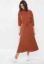 Me&B - Turtle neck pleated dress with drawstring - rust