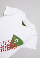 GUESS - Peepout guess spray tee - white