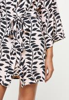Superbalist - Short black leaf print robe - black & neutral