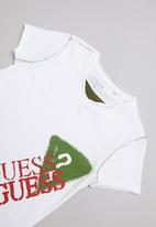 GUESS - Short Sleeve peepout guess spray tee - white