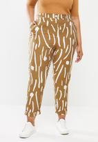 Me&B - Plus size tapered leg pant - camel & milk