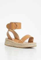 Plum - Chic sandal - tan