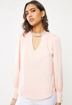 Sissy Boy - Girl boss: blouse with bling neck trim - pink
