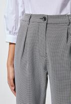 Superbalist - Tapered trouser with pleat detail - black & white