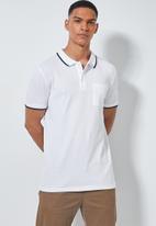 Superbalist - Luka slim pique tipped golfer - white