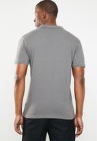 GUESS - Short sleeve geometric polo - grey