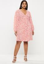 Glamorous - Plus red leopard volume sleeve mini wrap dress - red & white