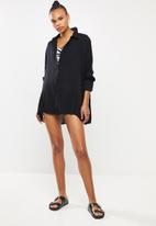 Missguided - Oversized crinkle viscose shirt coverup - black