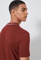 Superbalist - Luka notch neck pique golfer - burgundy