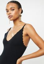 Missguided - Scallop hem knitted mini dress - black