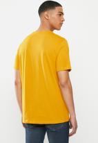 Levi's® - Housemark graphic tee - golden yellow