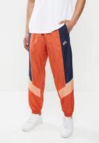 Nike - Nike sportswear he wr+ unld woven pants - orange & navy