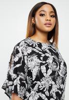 edit Plus - Cold shoulder shift dress - black & white