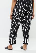 Me&B - Plus printed tapered pant - black & white