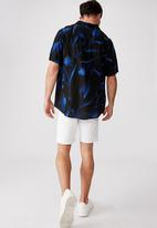 Cotton On - Short sleeve resort shirt - dark painterly floral