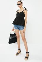 Missguided - Broderie bow shoulder strappy smock top - black