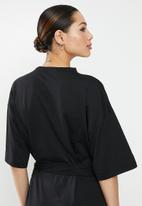 Missguided - Oversized T-shirt dress short sleeve tortoise belt - black