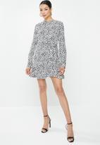 Missguided - Button ruched tea dress ls dalmatian - white & black