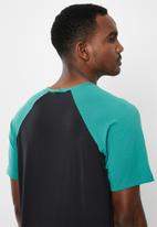 Jockey - Raglan colour blocked tee - black & turquoise