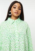 Glamorous - Plus size leopard shirt dress - green & white