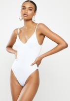 Missguided - Rib underwired high leg swimsuit - white