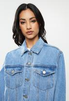 Missguided - Petite oversized denim jacket - blue