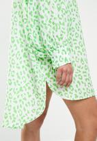 Glamorous - Petite Leopard shirt dress - green
