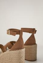 MANGO - Cross leather wedge - light pastel brown