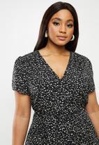 Glamorous - Plus short sleeved tea dress with waist belt - black