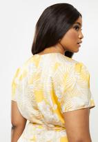 Glamorous - Plus short sleeved tea dress with waist belt - yellow