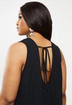 Glamorous - Plus tie back sleeveless shift dress - black