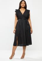 Glamorous - Plus size deep v-neck tie front midi dress - black