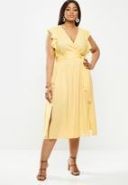 Glamorous - Plus size deep v-neck tie front midi dress - yellow