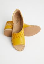 Miss Black - Micah 4 peep-toe - yellow