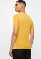 Jonathan D - Slim fit short sleeve v-neck tee - mustard