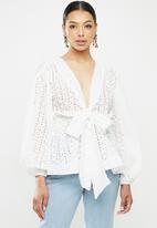 Missguided - Broderie anglais plunge flip hem blouse - white